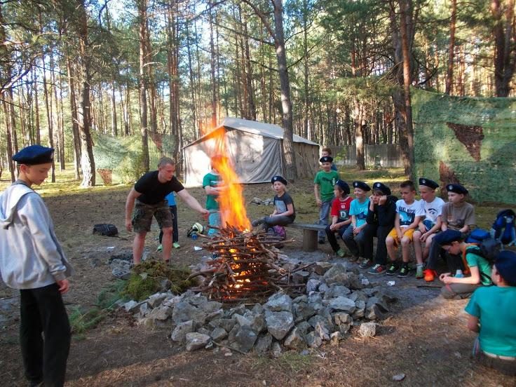 Dzieci przy ognisku w Pensjonacie agroturystycznym Grynwald