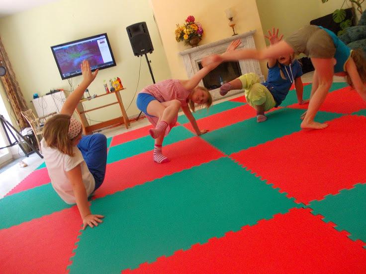 Salon z kominkiem w pensjonacie Grynwald adaptowany na salę gimnastyczną